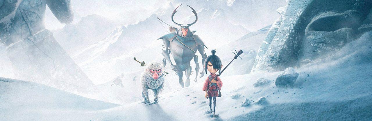 un niño, un mono y un guerrero caminando por la nieve