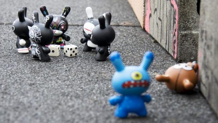 monstruitos en la calle jugando con dados