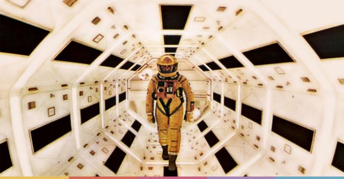 astronauta caminando por pasillo nave espacial