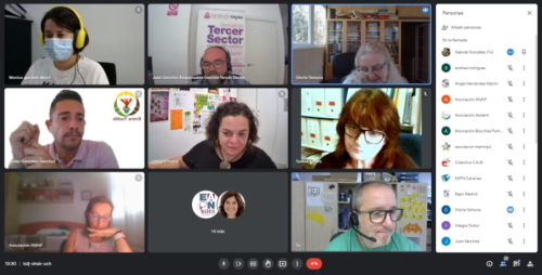 captura de pantalla de una videollamada con las imágenes de varias personas
